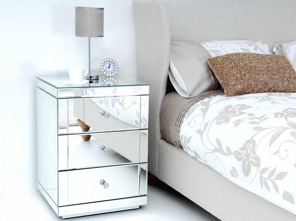 criado mudo espelhado para decoração de quarto clean