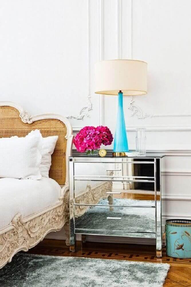 criado mudo espelhado para quarto com decoração provençal