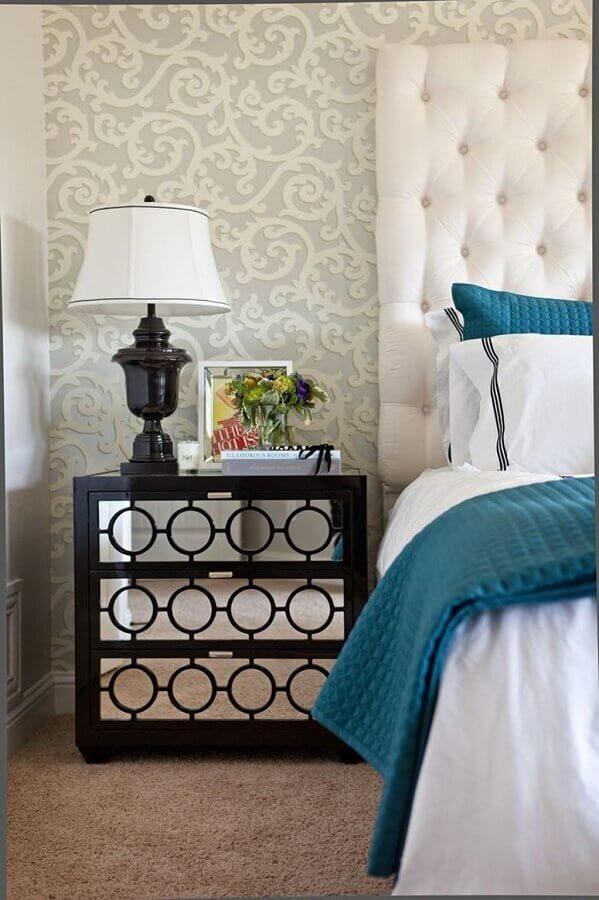 criado mudo preto espelhado para decoração sofisticada de quarto com cabeceira capitonê branca Foto Pinterest