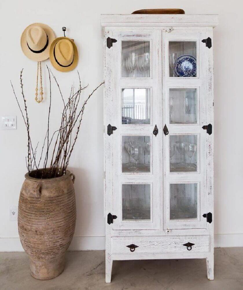 cristaleira de madeira pintada de branco