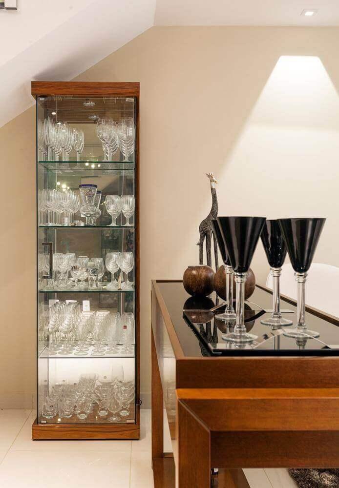 cristaleira de vidro com base de madeira
