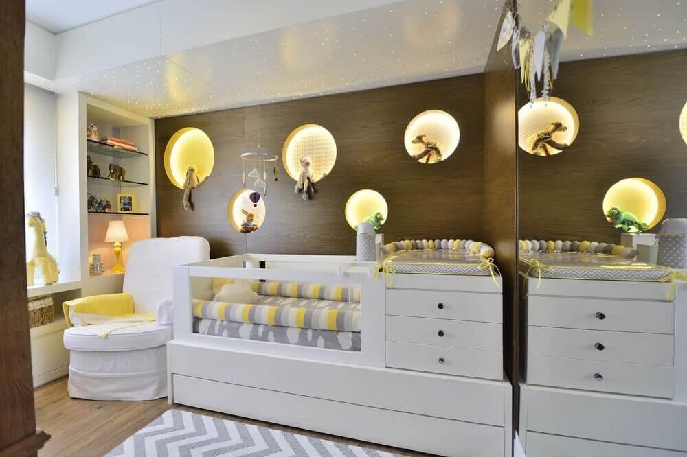 decoração cinza e amarela com berço com cômoda para quarto de bebê