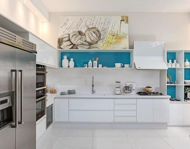 decoração clean com armário de cozinha planejado azul por dentro
