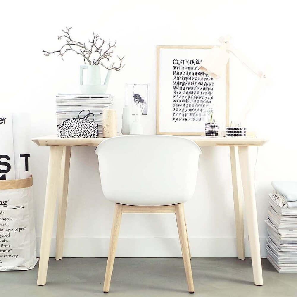 decoração clean com escrivaninha simples de madeira clara