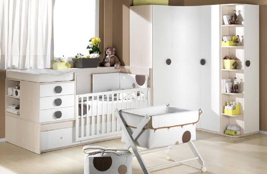 decoração clean com guarda roupa e cômoda de bebê