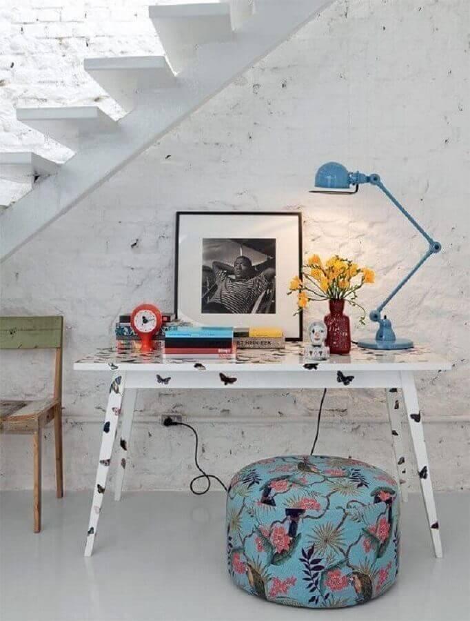 decoração clean com home office embaixo da escada