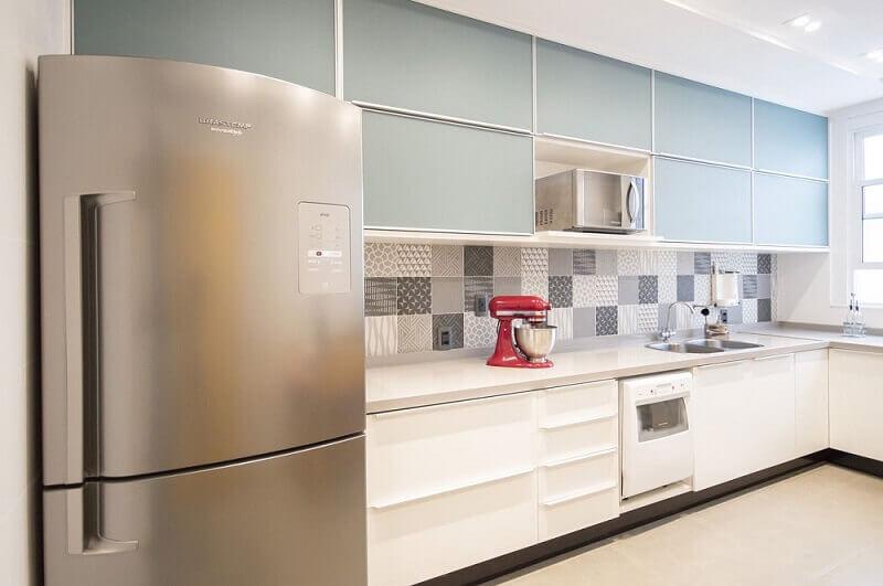 decoração clean com ladrilho e armário de cozinha planejado branco e azul