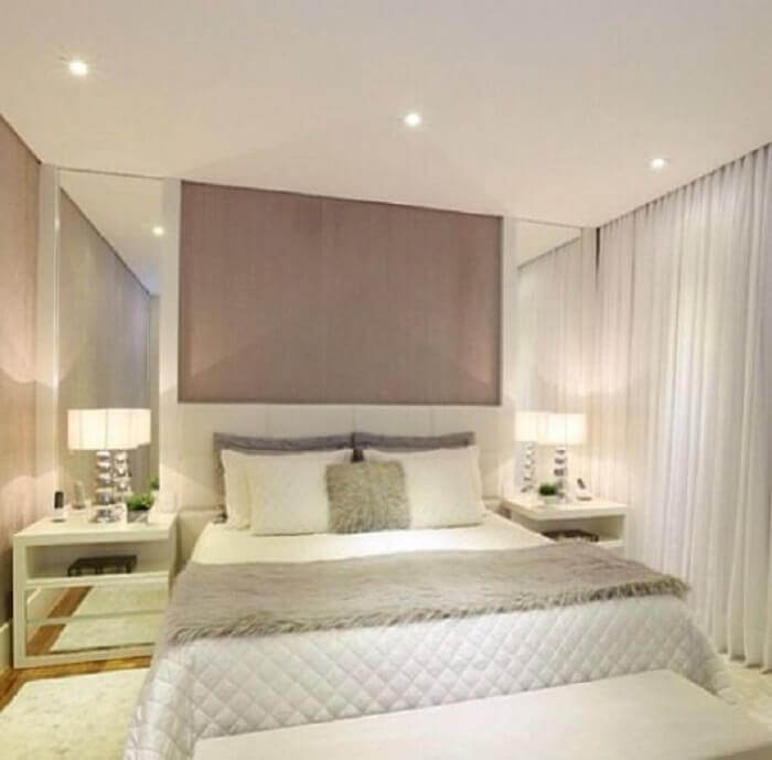decoração clean para quarto espelhado com criado mudo branco com espelho