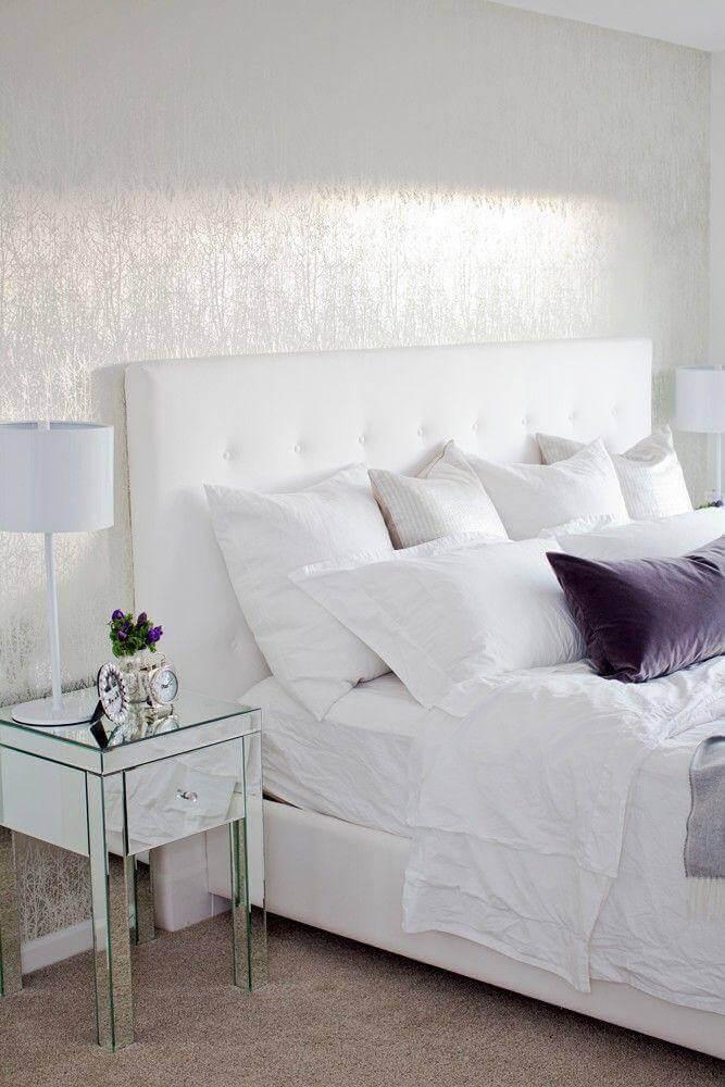 decoração clean para quarto todo branco com criado espelhado