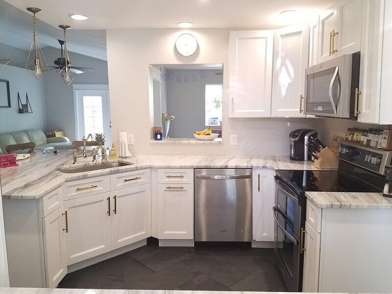 decoração com armário de cozinha planejado para cozinha americana pequena