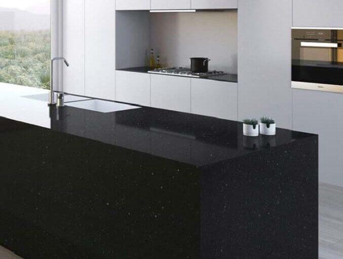 decoração com armários branco para cozinha com granito preto são gabriel