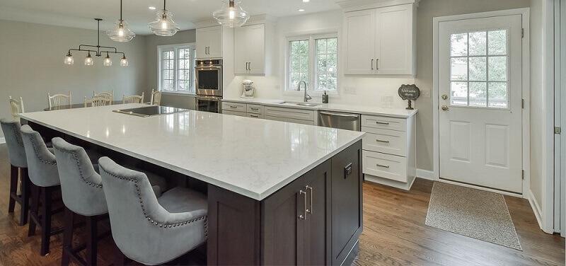 decoração com armários de cozinha com ilha e pendentes modernos