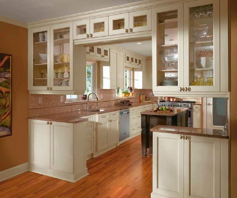 decoração com armários de cozinha com porta de vidro