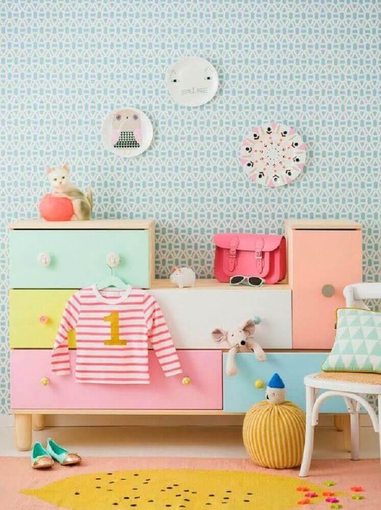 decoração com cômoda de bebê toda colorida