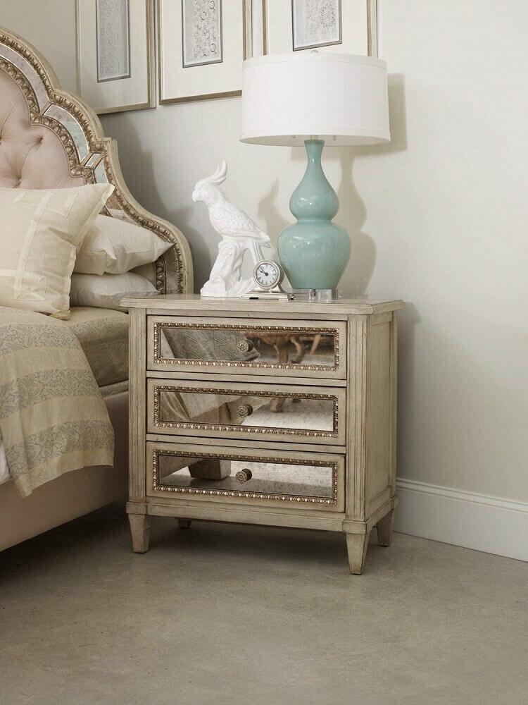 decoração com criado mudo de madeira e com espelho nas gavetas