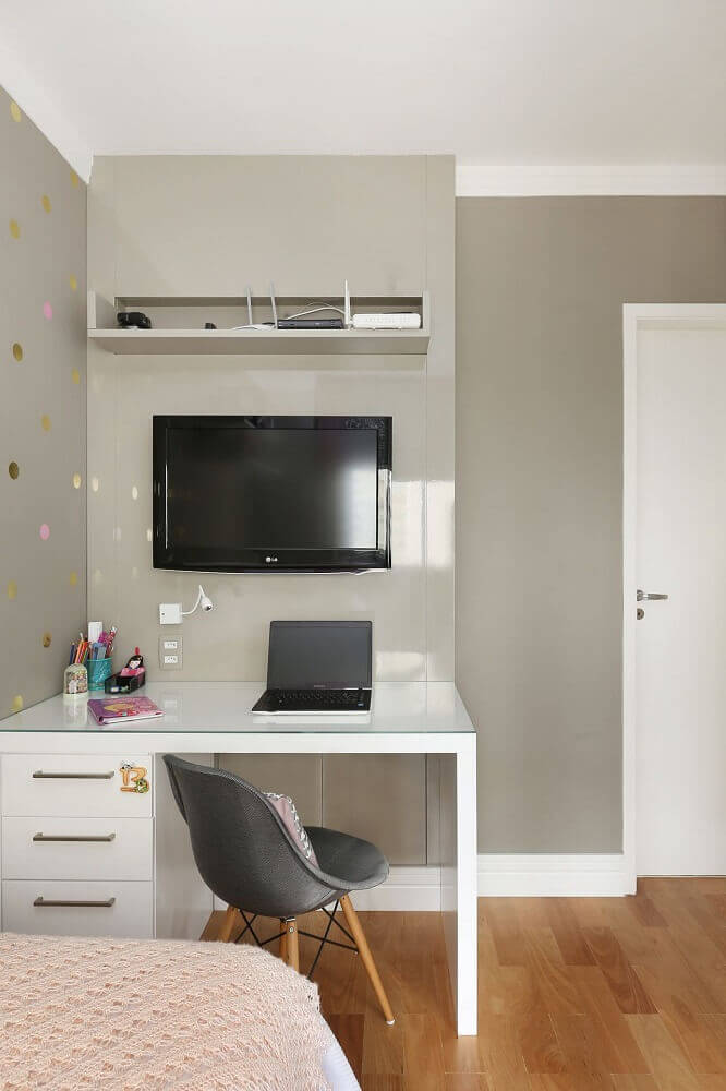 escrivaninha para quarto pequeno com adesivo de bolinhas nas paredes