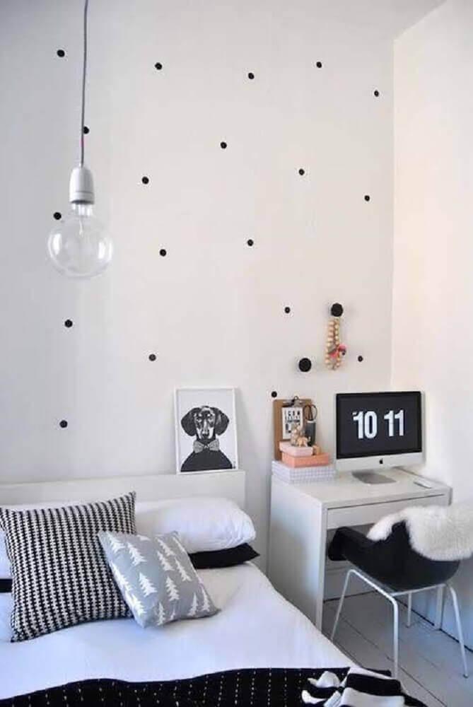 escrivaninha para quarto pequeno com papel de parede de bolinha