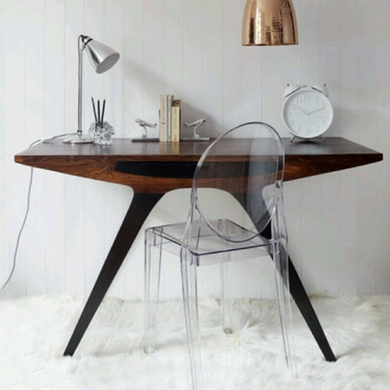 escrivaninha pequena com design arrojado e cadeira de acrílico transparente