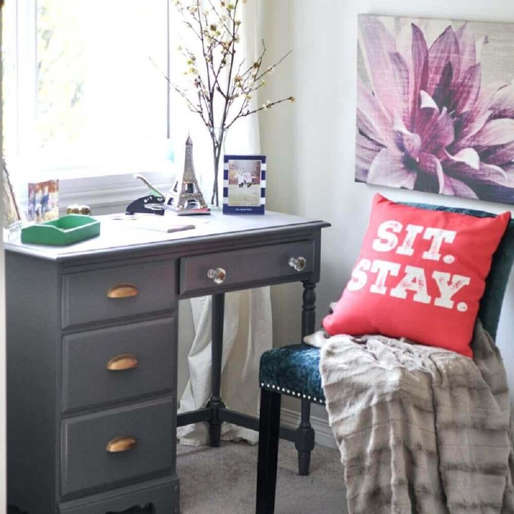 decoração com escrivaninha pequena com gavetas