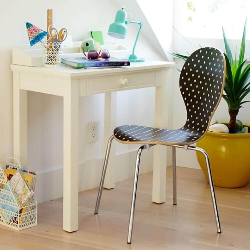 decoração com escrivaninha pequena e cadeira preta com bolinhas brancas