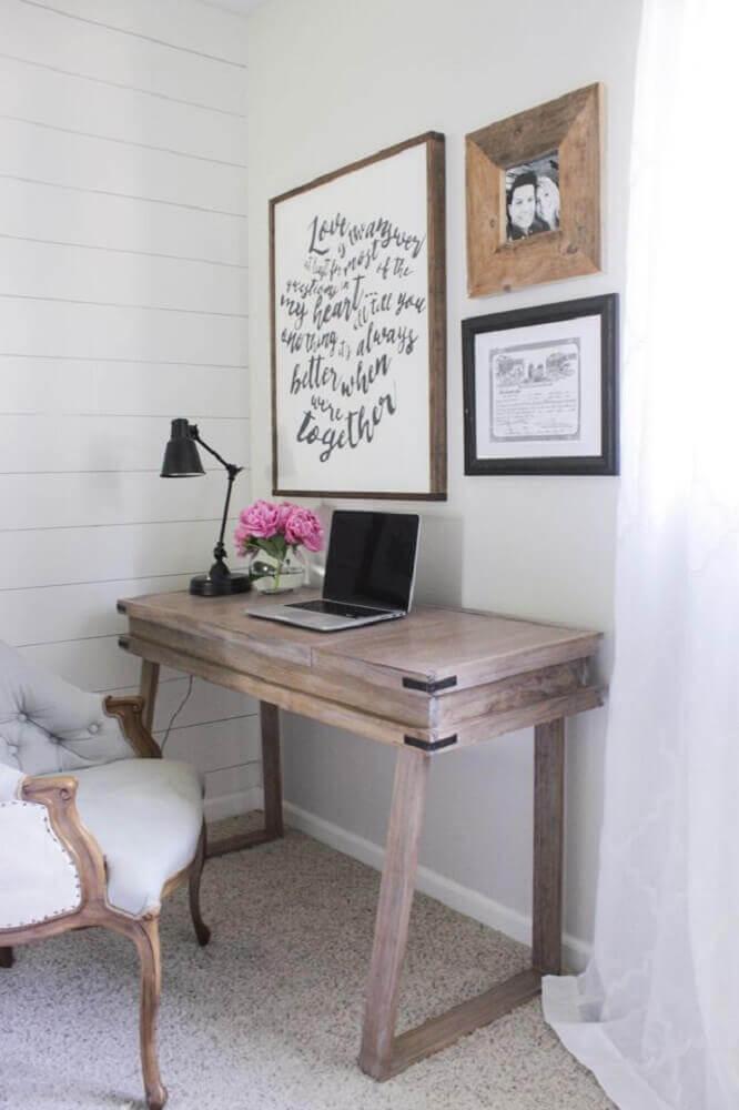 decoração com escrivaninha pequena e poltrona provençal
