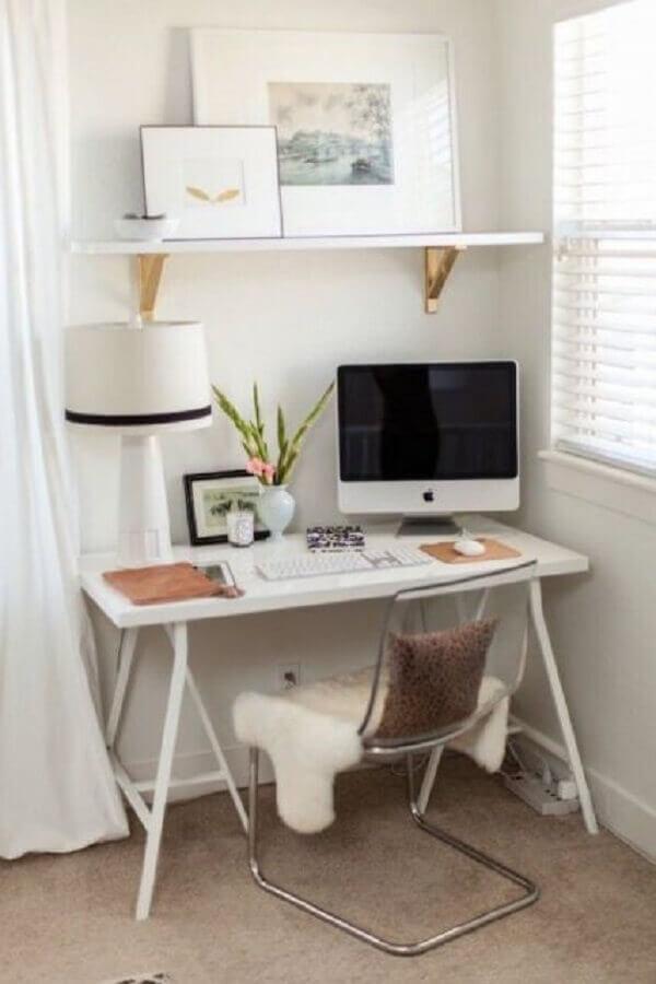 escrivaninha pequena minimalista e cadeira de acrílico transparente