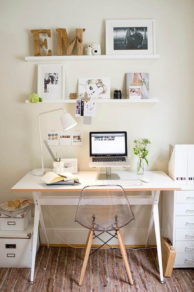 decoração com escrivaninha simples branca para ambiente clean