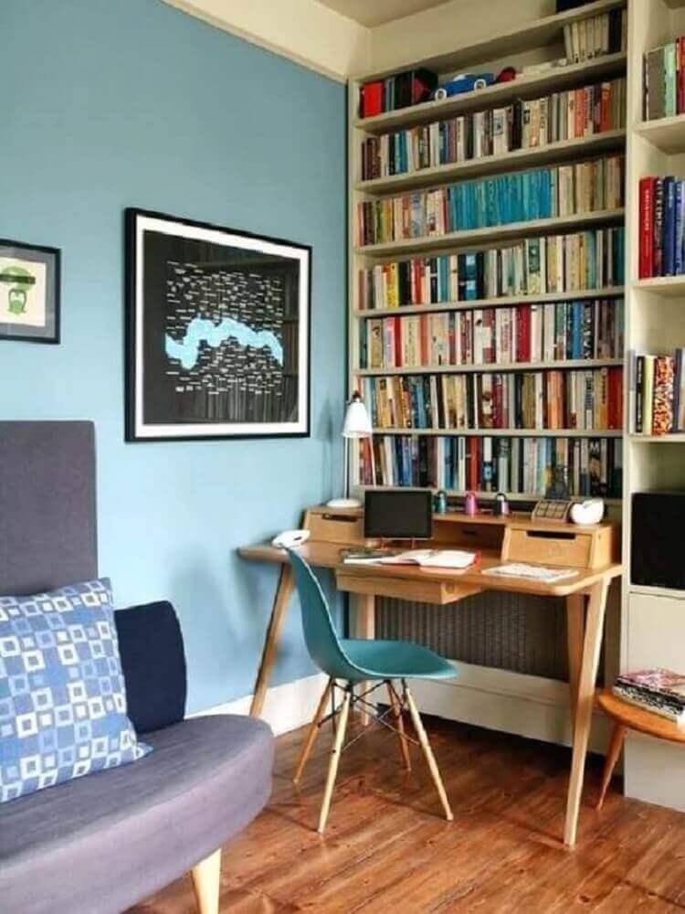 decoração sala de estar com escrivaninha simples de madeira e estante de livros