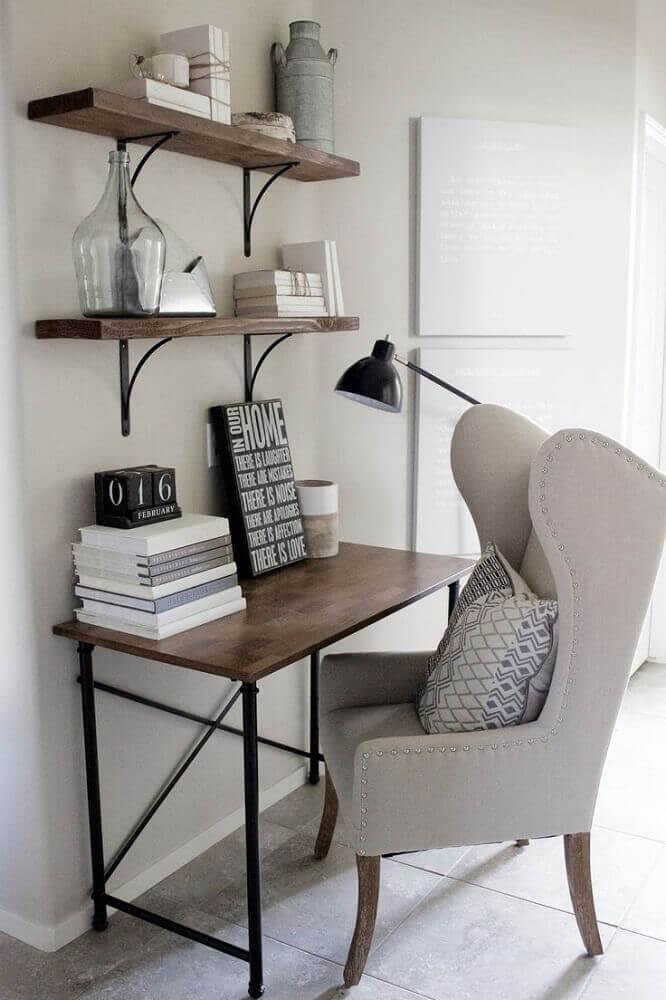 decoração com escrivaninha simples e pequena e poltrona sofisticada