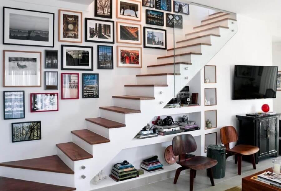 decoração com estante embaixo da escada