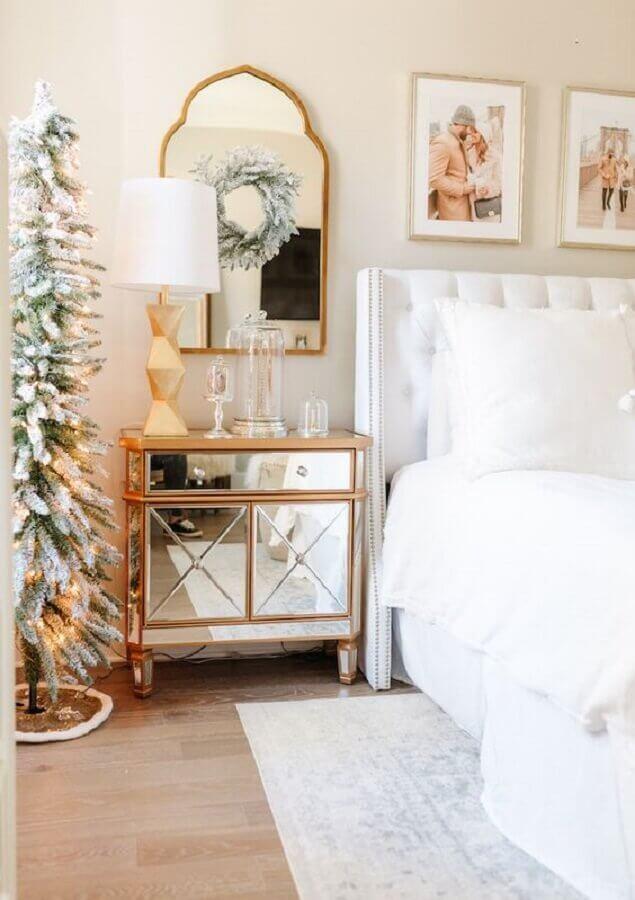 decoração com estilo clássico com criado mudo espelhado  Foto Home Fashion Trend