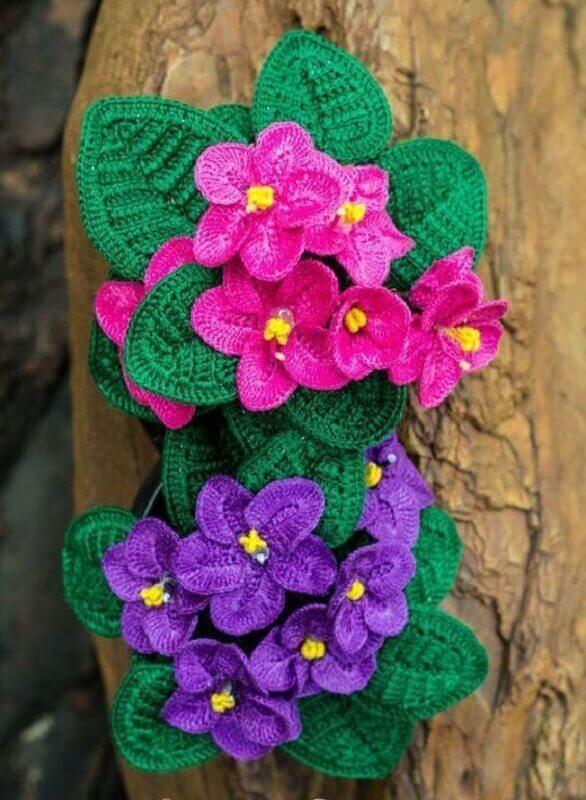 decoração com flores e folhas de crochê