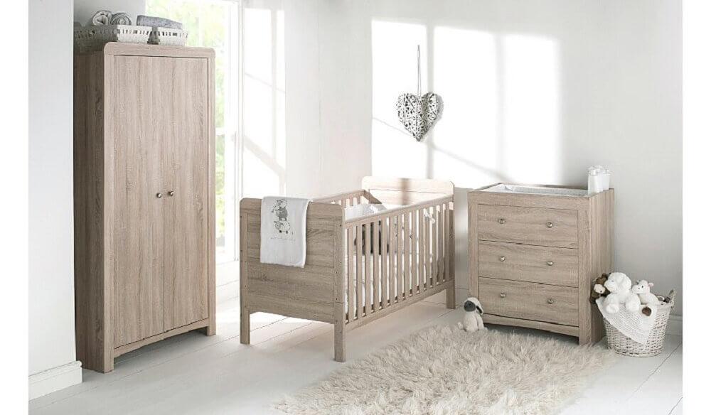guarda roupa e cômoda de bebê feitos de madeira