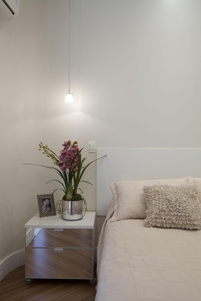 modelo simples de criado mudo branco com espelho para quarto de casal