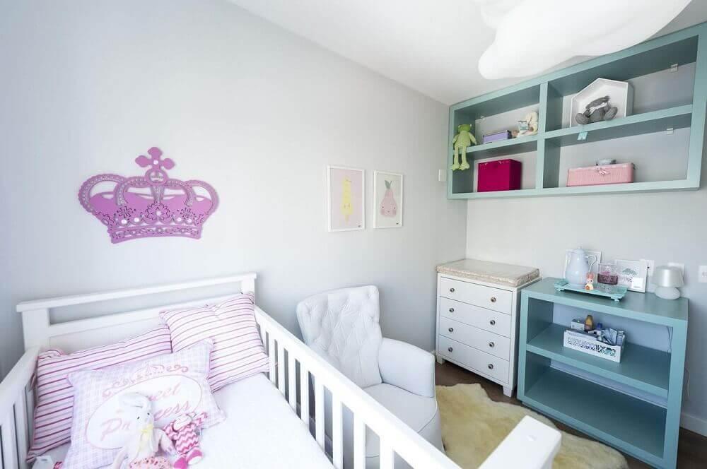 decoração com nichos e cômoda para quarto de bebê