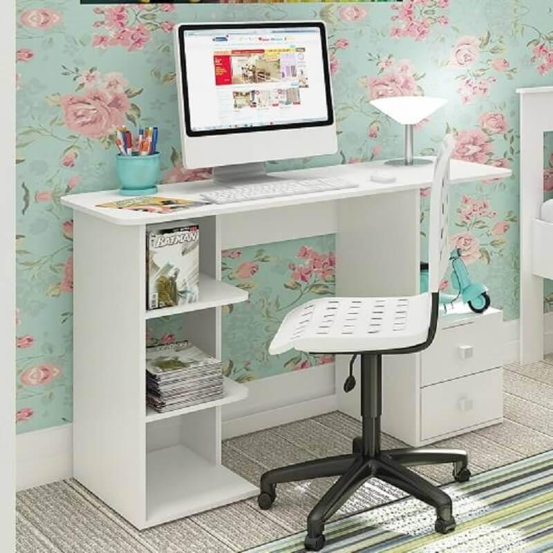 decoração com papel de parede floral e escrivaninha pequena e simples