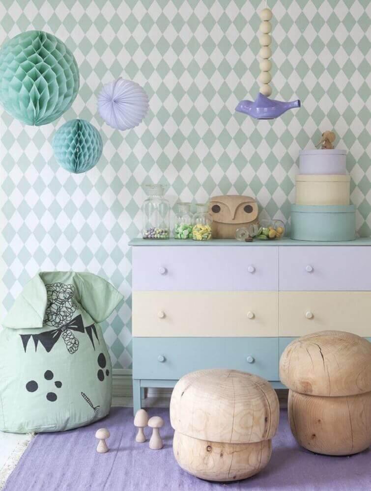 papel de parede neutro e cômoda para quarto de bebê com tons pastéis