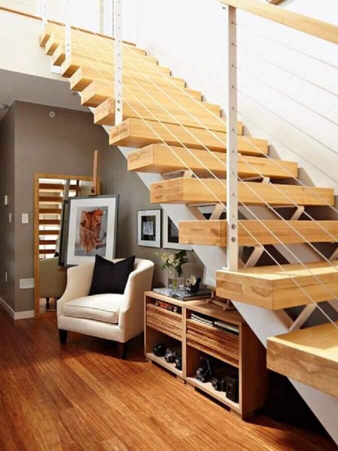decoração com poltrona e armário embaixo da escada