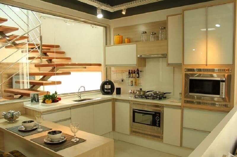 decoração cozinha americana com tons neutros e armário de cozinha planejado