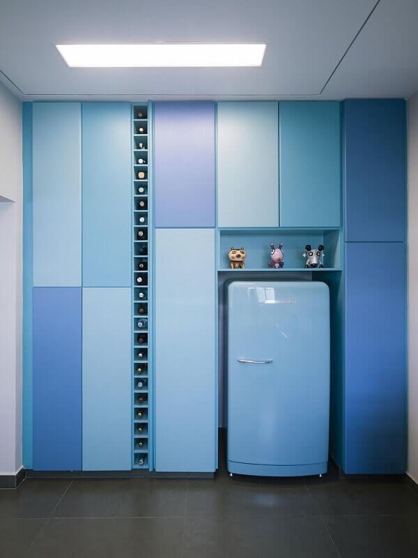 decoração cozinha azul com armário de cozinha planejado com adega