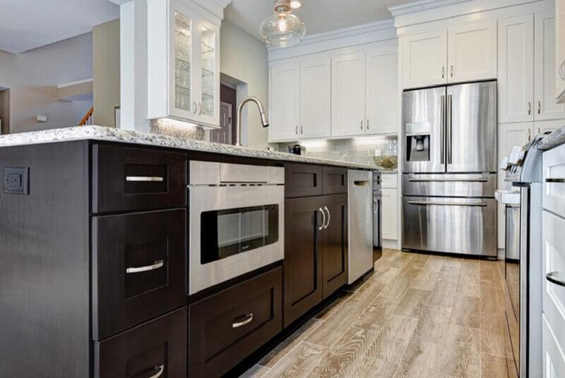 decoração cozinha com ilha marrom e armário de cozinha planejado com estilo clássico