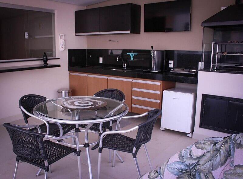 decoração cozinha simples com mesa redonda e armário de cozinha planejada