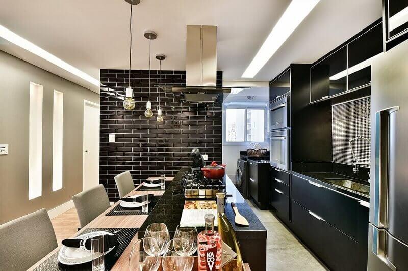 decoração cozinha com azulejo tijolinho preto e armário de cozinha planejado