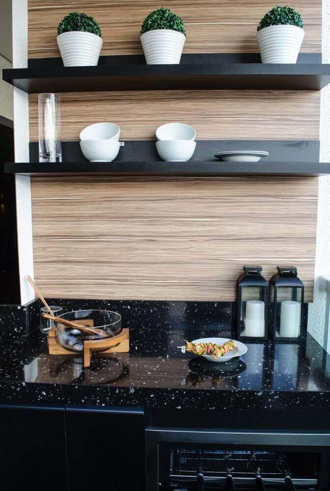 decoração de cozinha com granito preto e prateleiras