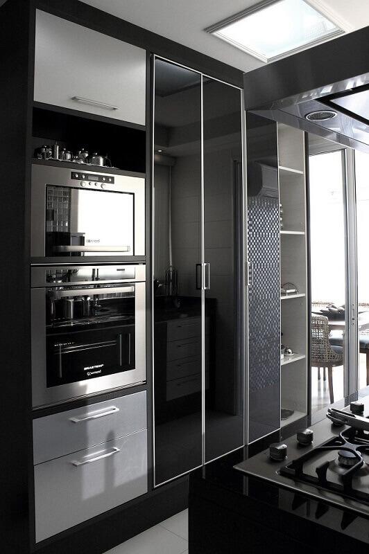 decoração cozinha preta e branca com armário de cozinha modulado