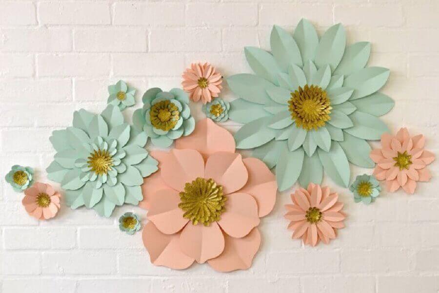 decoração de parede com flores de papel
