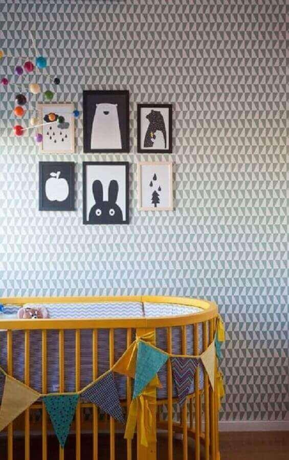decoração de parede de quarto de bebê com quadros e papel de parede neutro