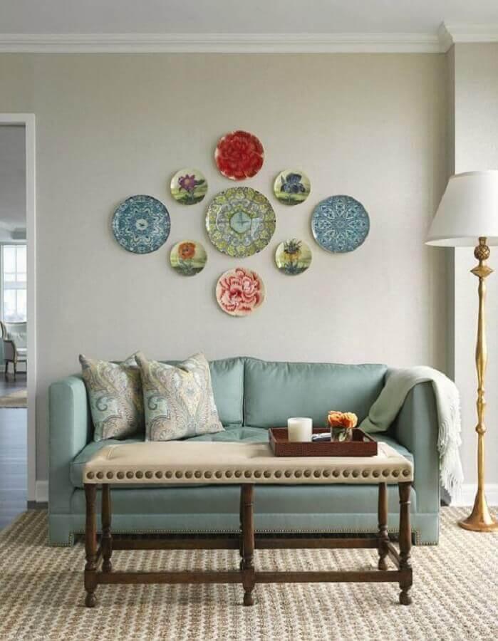 decoração de parede de sala com pratos coloridos