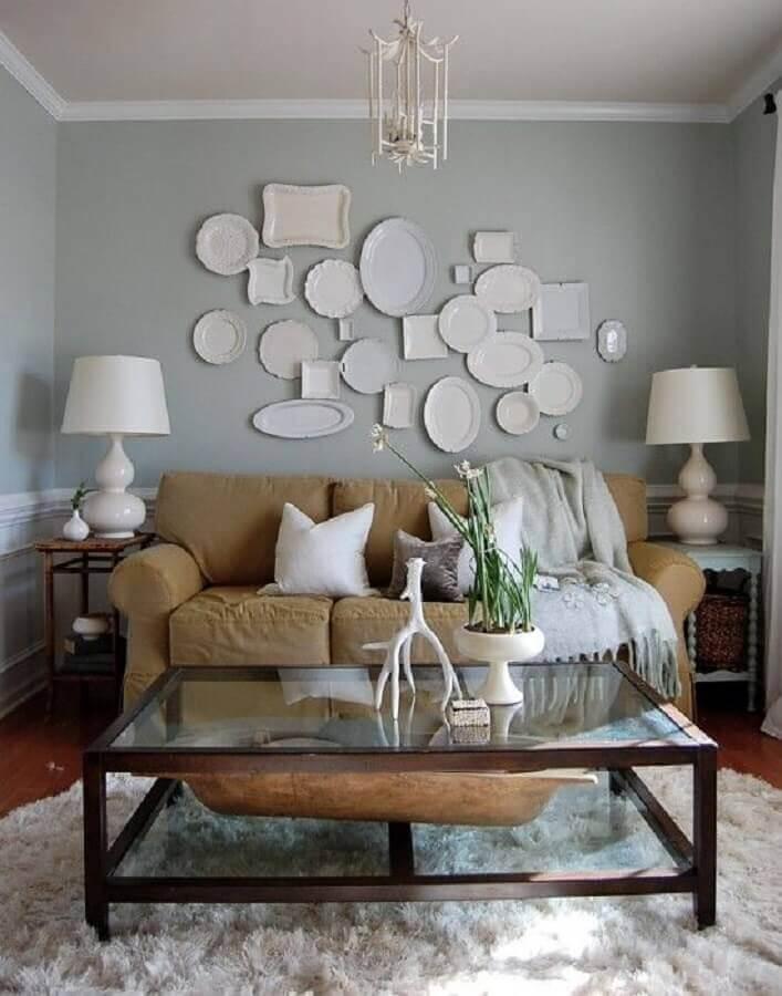 decoração de parede de sala de estar com pratos