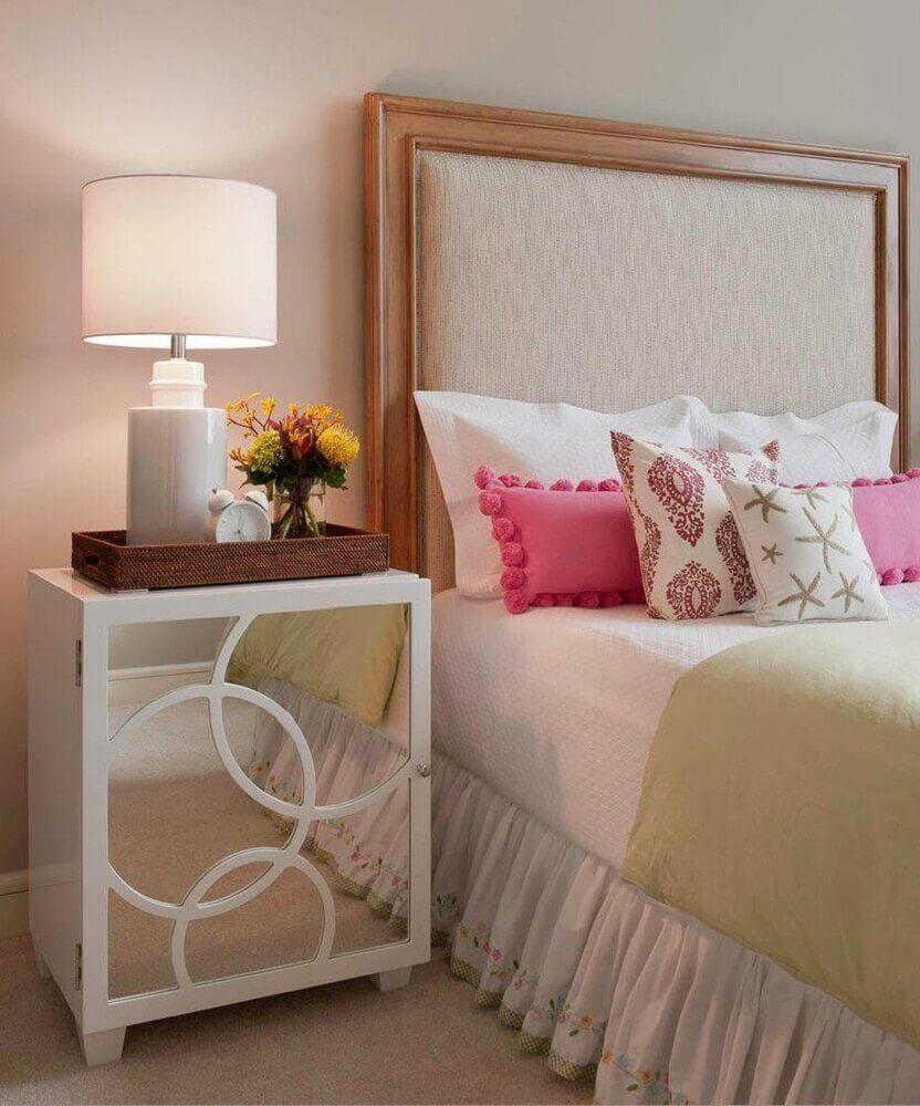decoração de quarto clássico com criado mudo branco com espelho na porta